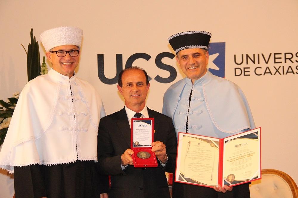 Cettolin recebe medalha de Mérito Comunitário UCS