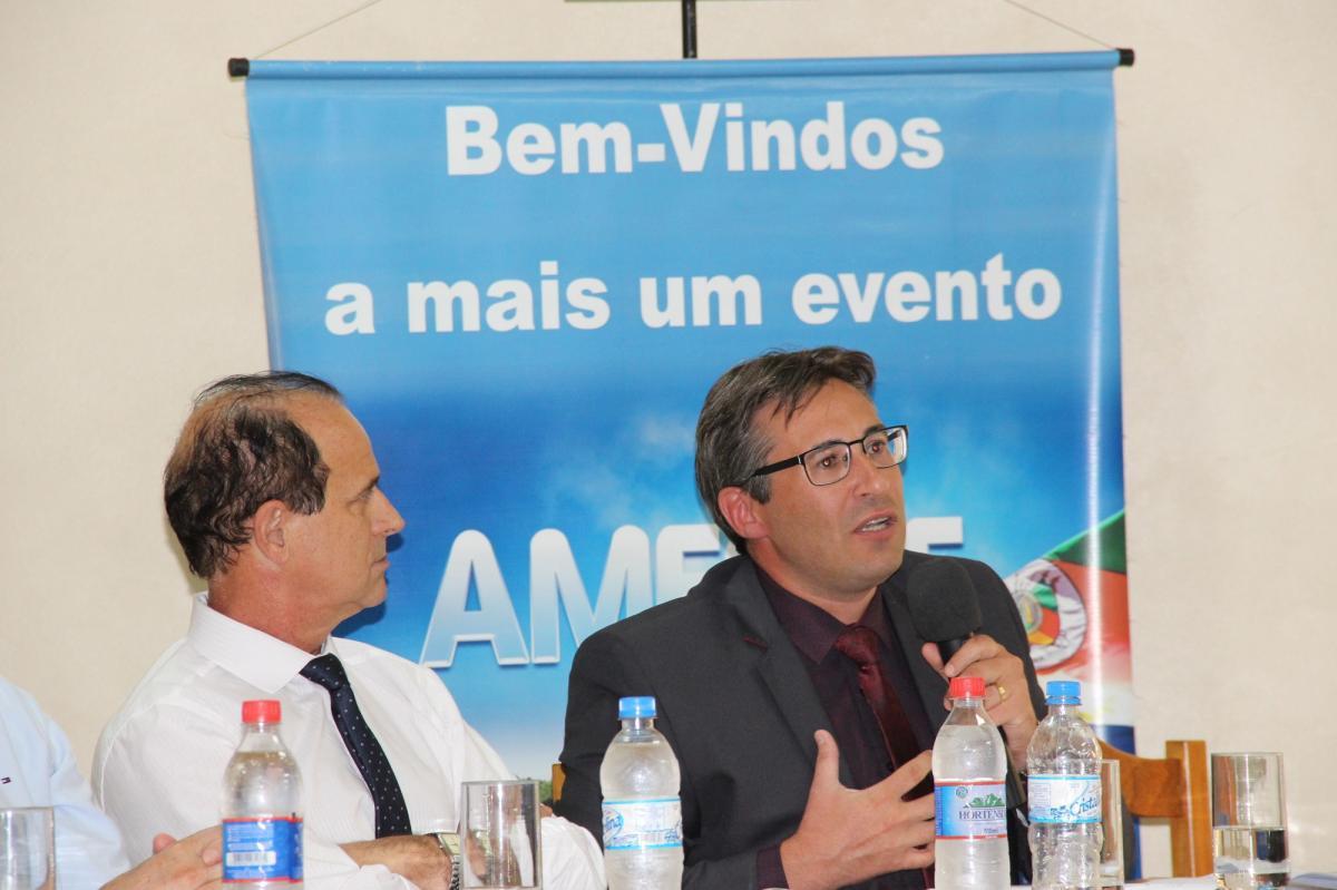 Dr. Fabiano na reunião da Amesne